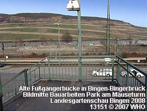 Alte Fußgängerbrücke in Bingen-Bingerbrück. In der Bildmitte Bauarbeiten Park am Mäuseturm Landesgartenschau Bingen 2008